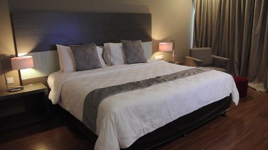 Pullman Kuching: King-size bed