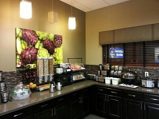 Best Western Plus Night Watchman Inn & Suites: Free buffet breakfast
