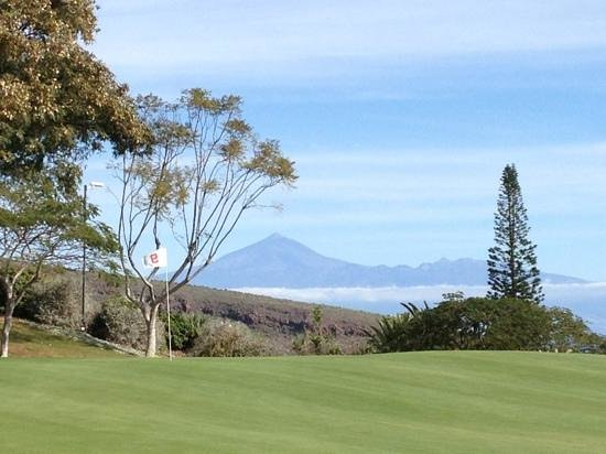Tecina Golf: Green 9 with the Teide (Teneriffa): with 3781 m the highest mountain in Spain!