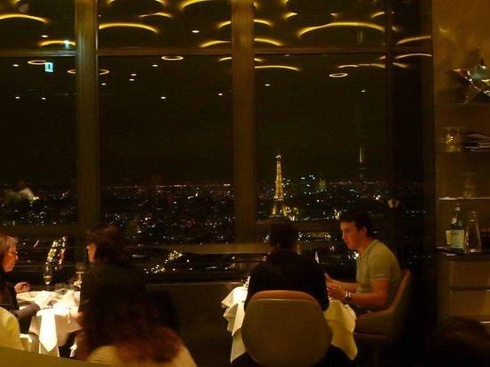 vista dal nostro tavolo in seconda linea ma rialzato picture of le ciel de paris paris. Black Bedroom Furniture Sets. Home Design Ideas