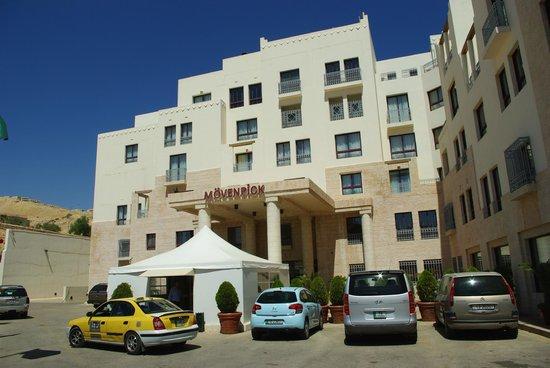 Moevenpick Resort Petra: ホテル外観(テントでセキュリティチェック)