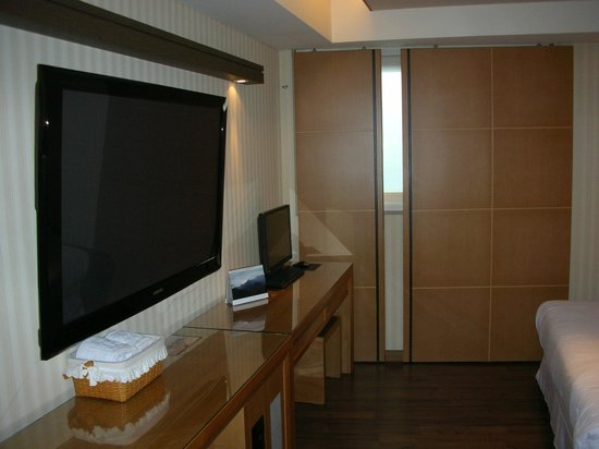 Benikea Hotel Press: Giant TV, computer & window with soundproofing