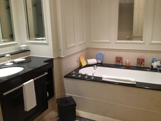 Breidenbacher Hof, a Capella hotel: Family Bathroom