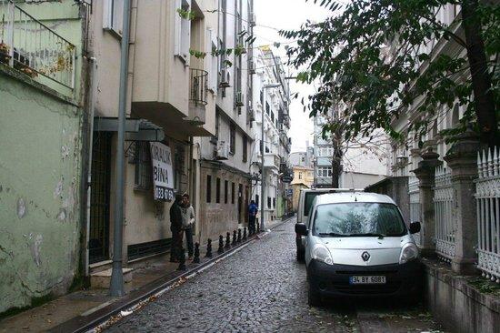 """Nowy Efendi Hotel """"Special Class"""": Calle del hotel vista desde la calle de los restaurantes"""