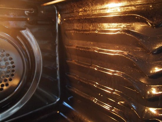 BreakFree Beachpoint: inside oven plastered with grease and dirt