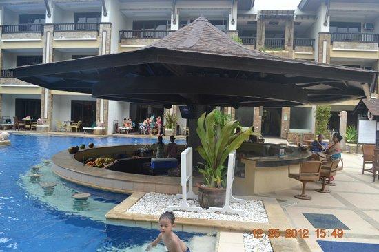 Henann Regency Resort & Spa: floating bar