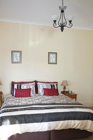 Sojourn on Gale Luxury Bed & breakfast: King size bed