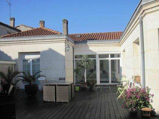 La Villa - Bordeaux Chambres d'Hôtes : Terrace and entrance