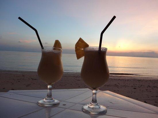The Passage Samui Villas & Resort: coladas at the beach