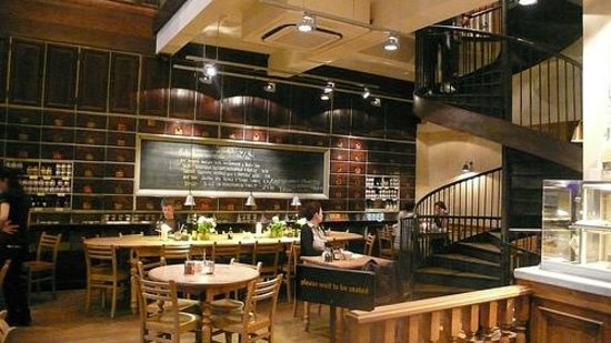 Le Pain Quotidien: the inside of the restaurant, A VERY PRETTY RESTAURANT, destroyed by its managers!