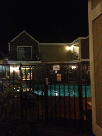 Quality Inn Petaluma - Sonoma: ingång till vårt rum 122 med utsikt mot den uppvärmda poolen