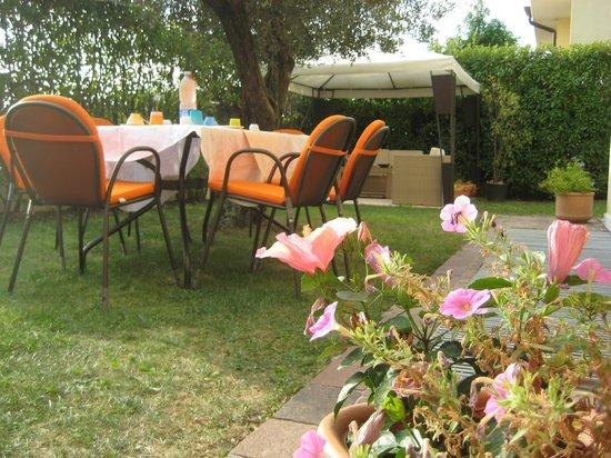 bed and Breakfast Magnolia: col bel tempo colazione in giardino