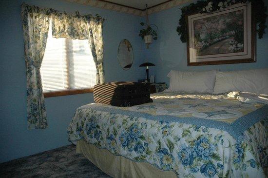 Rocky Acres Inn B&B: Clean pleasant bedroom