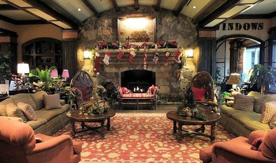 Legacy Lodge: Lobby is decked out for the holidays