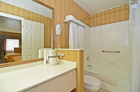 Clarion Suites: Large well lit Bathrooms