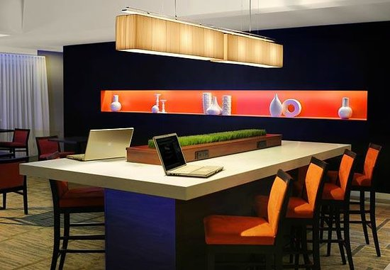Courtyard by Marriott Phoenix Mesa: Communal Table - Stay Productive