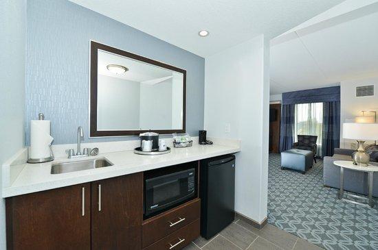 Hampton Inn & Suites Columbia/Southeast-Ft. Jackson: Wet Bar in Studio Suites Only