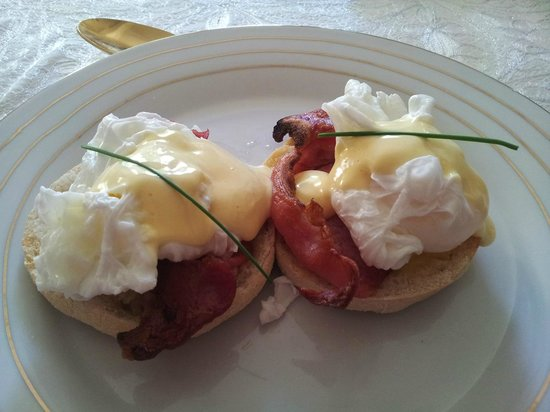 Begbroke, UK: Breakfast; eggs benedict