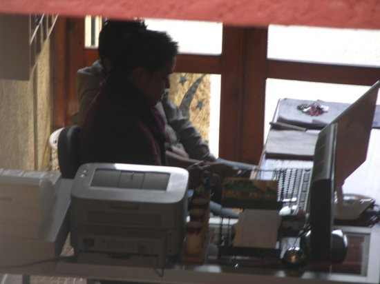 Hotel Dulce Luna : Recepcionistas que escuchan rap en día entero