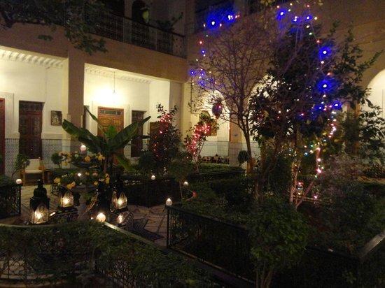 Riad Dar Sbihi: Court yard at night