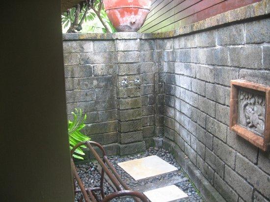Hotel Santika Premiere Beach Resort Bali: Outdoor shower 