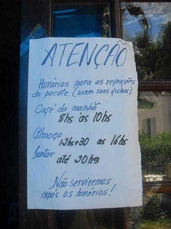 """Hospedagem Acorde: O """"simpático"""" cartaz informando sobre os horários"""
