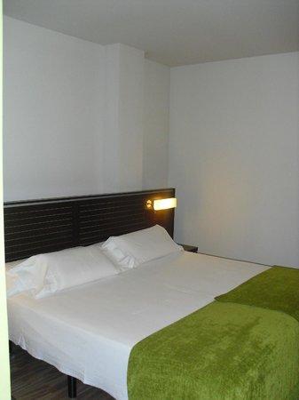 Cama supersize fotograf a de hotel castillo de ayud - Hotel castillo de ayud ...