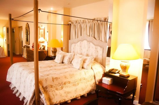 Stikliai Hotel and Restaurant: Suite's bed