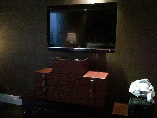 Hotel Muse Bangkok Langsuan, MGallery Collection: Tv drawer - so chic