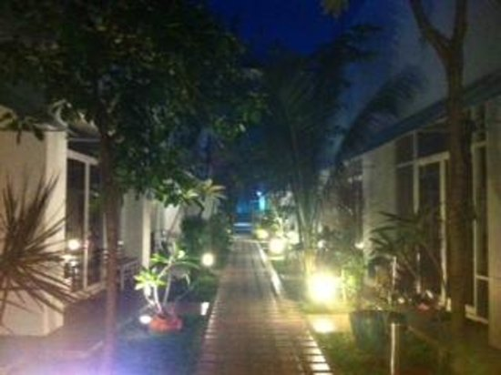 Khun Chaweng Resort: courtyard at night
