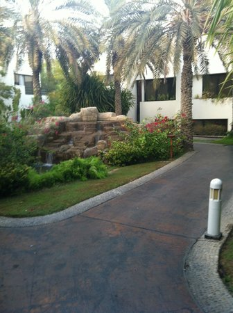 Dubai Marine Beach Resort and Spa: Path to Villas