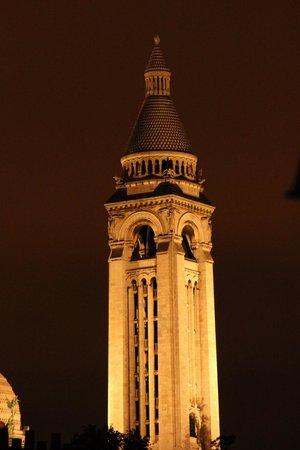 Hotel Amarys Simart: Campanile del Sacré Coeur dalla finestra della camera 66.