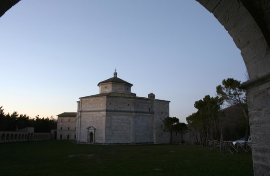 Rifugio di Cupi: Nei dintorni: il Santuario di Macereto