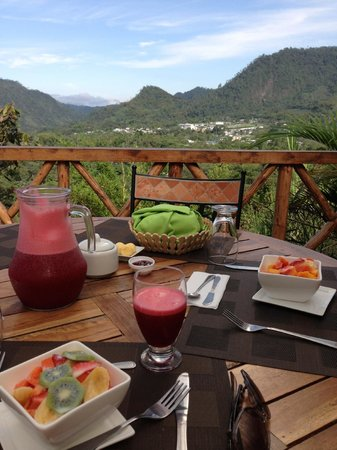 Terrabambu Restaurant Lodge: Breakfast. Mindo can be seen in the background.
