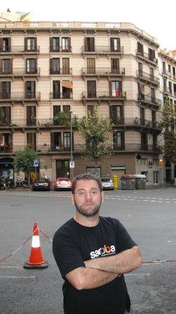 Axel Hotel Barcelona & Urban Spa: Rua em frente ao hotel
