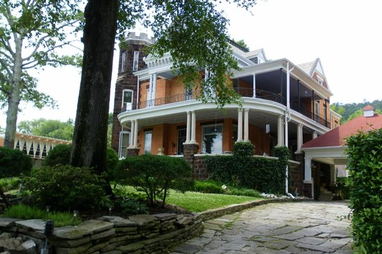 1890 Williams House Inn: Outside view