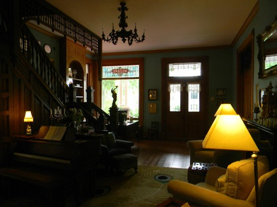 1890 Williams House Inn: Parlor