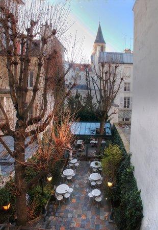 Hotel des Marronniers: La cour jardin , vue de notre chambre