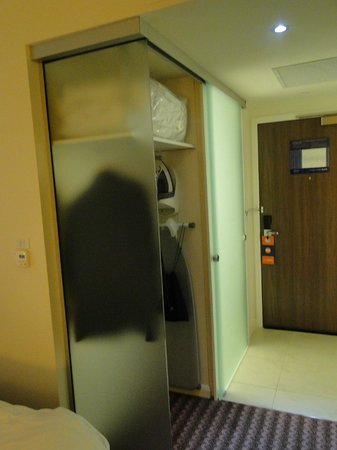 Hampton by Hilton Newport East: Bathroom door closed