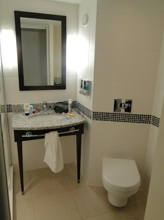 Hampton by Hilton Newport East: Space to spread out round the sink