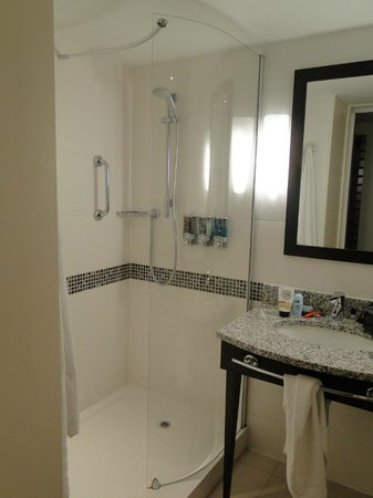 Hampton by Hilton Newport East: Shower