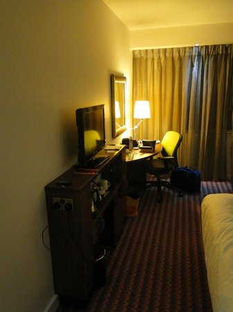Hampton by Hilton Newport East: TV and tea making station, with desk