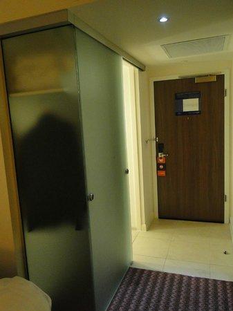 Hampton by Hilton Newport East: Bathroom door open