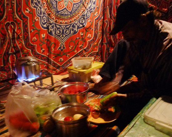 Ahmed Safari Camp & Hotel: my guide doing the cooking for dinner