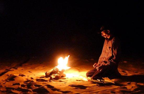 Ahmed Safari Camp & Hotel: my guide making a campfire