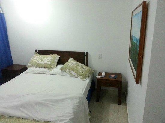 Sol Caribe San Andres: CAMA GRANDE SOMMIER, MESAS DE LUZ, MUY AMPLIO!