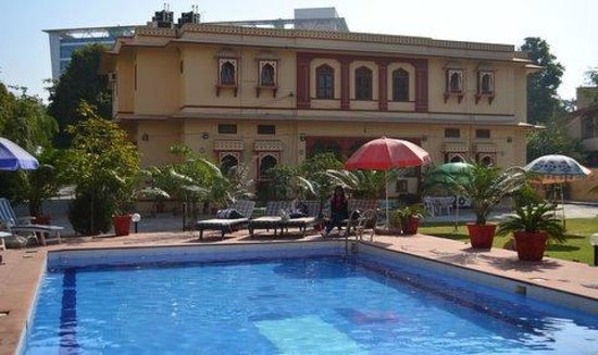 Devi Niketan Heritage Hotel: The Pool in the backyard