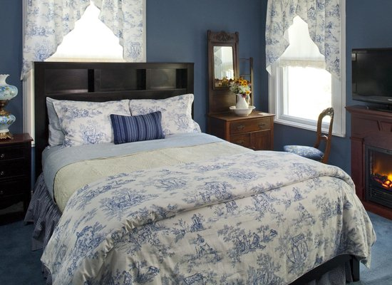 Whistling Swan Inn: Cozy Morris Canal room decorated in French blue toile