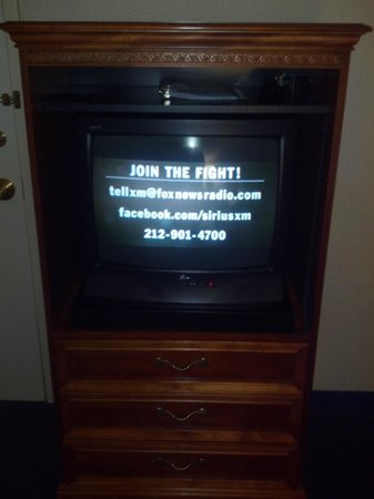 Holiday Inn Express Grand Rapids-North: Very old TV that was fuzzy and had no sleep timmer.