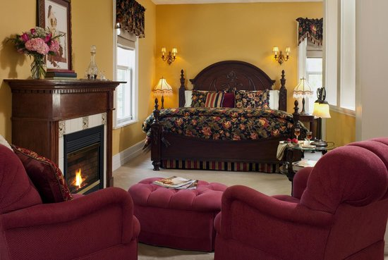 Whistling Swan Inn: Like the grand salons of Europe, the spacious Walnut Valley Suite invites you to relax